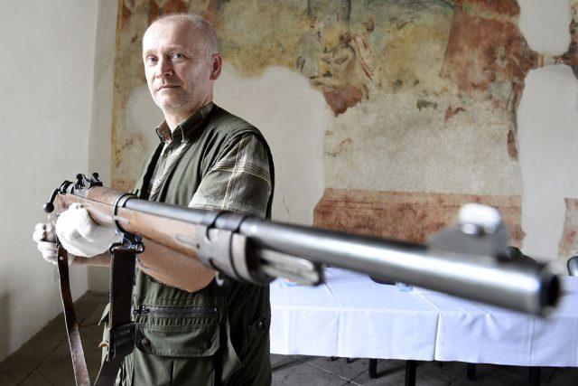 Historik Jan Tetřev s jednou ze zbraní | foto:  ČRo Pardubice