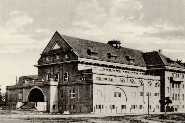 Pardubická sokolovna na historickém snímku | foto: Východočeské muzeum Pardubice,  Český rozhlas