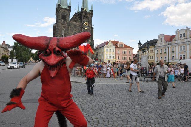Loutkařské procesí vyrazilo z náměstí, festival právě začal