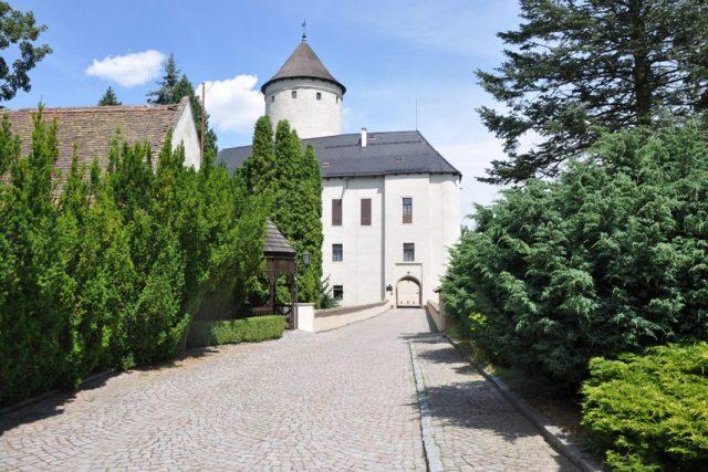 Hrad Rychmburk, pro veřejnost přístupné sklepení s historickou expozicí a ve všední dny i věž