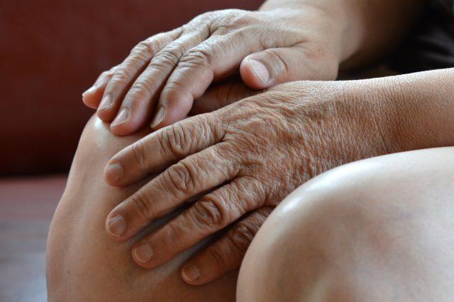 kolena, ruce, stáří, věk, senior, ruce v klíně, koleno, nemoci