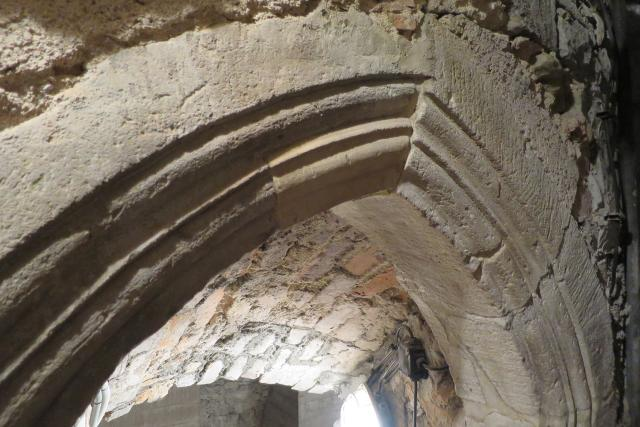 Část gotického portálu ve sklepení Mydlářovského domu