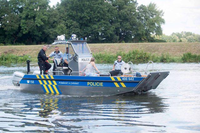 Policisté na Labi testují nový policejní člun