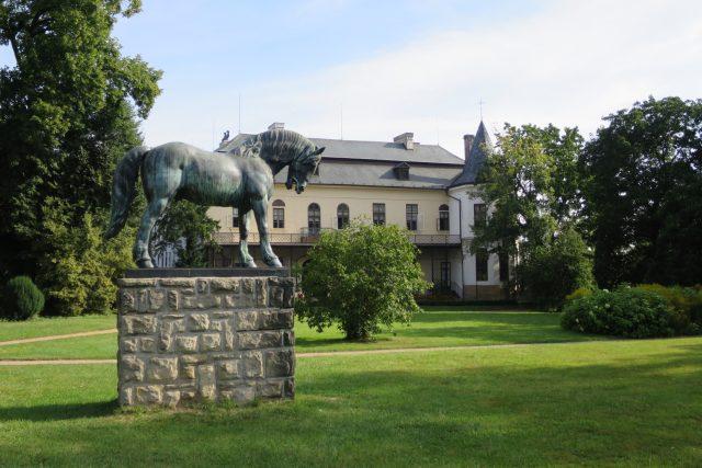 Socha starokladrubského koně v zámeckém parku ve Slatiňanech | foto: Tereza Brázdová,  Český rozhlas