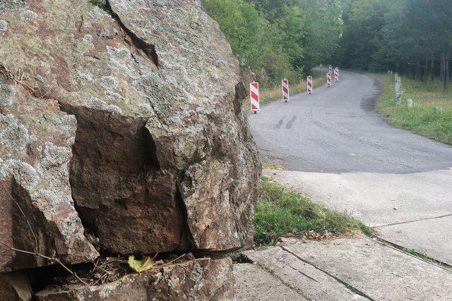 Silnice u křižanovické přehrady je kvůli padajícímu kamení uzavřená