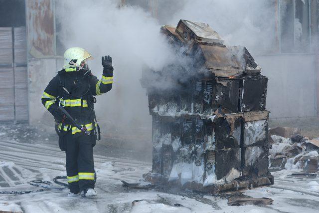 Hasič zasahuje v dýchacím přístroji u požáru skladu počítačů   foto: Honza Ptáček,  Český rozhlas