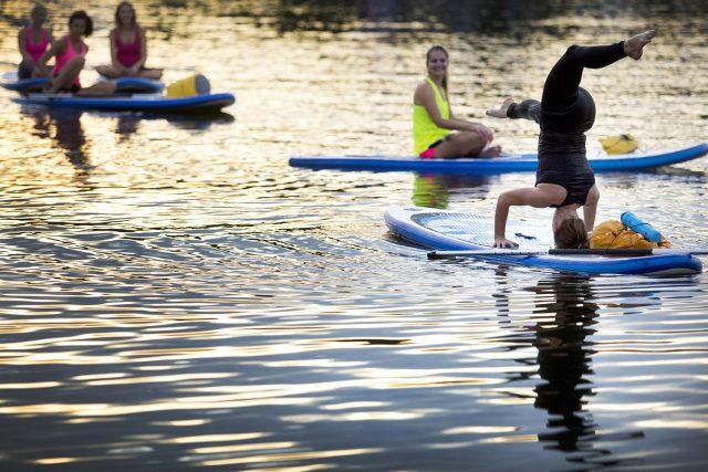 Veronika Haklová cvičí paddle board jógu   foto: Tomáš Kubelka