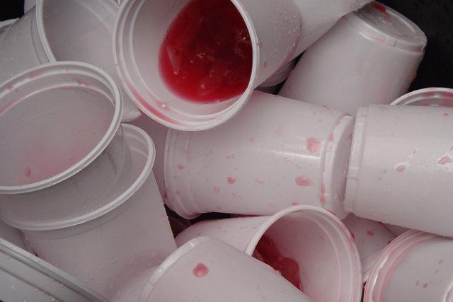 Plastové kelímky na jedno použití?  (ilustrační foto) | foto: Creative Commons Attribution-ShareAlike 2.0 Generic  (CC BY-SA 2.0),   Twentyfour Students