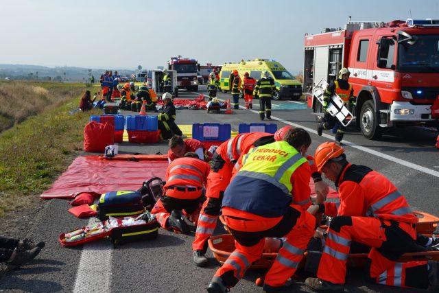 Nehoda autobusu a osobního auta - cvičení záchranářů Pardubického kraje