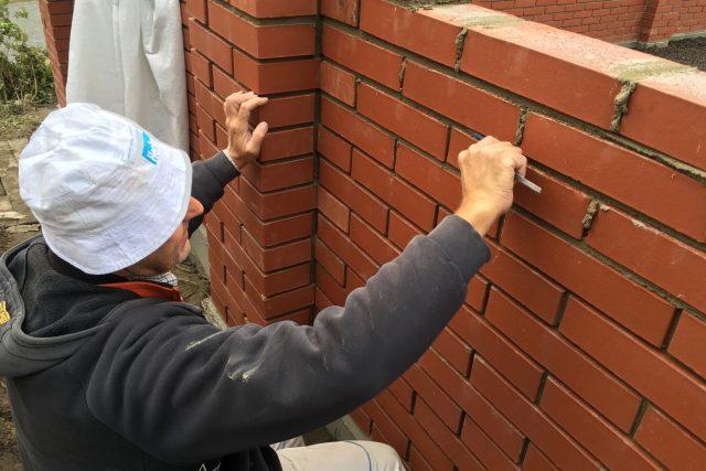 Zedník spáruje hřbitovní zeď v Kozlech na Českolipsku