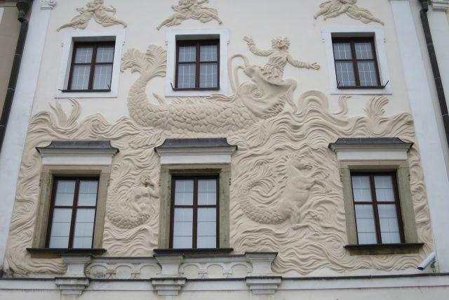 Štuková výzdoba Domu U Jonáše pokrývá většinu fasády