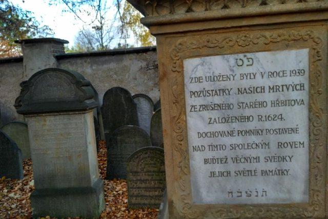 Ostatky z původního hřbitova na Židově jsou uloženy ve společném památníku na novém hřbitově