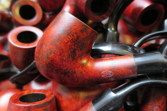 Ohnutá dýmka patří k základním typům výrobní řady