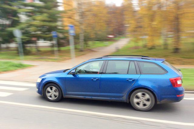 Rychlé auto u přechodu pro chodce