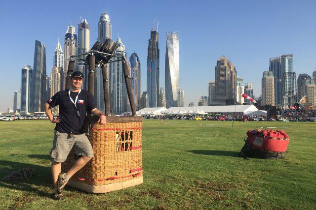 Příprava balónu před startem v Dubaji. Startovalo se z aeroklubového letiště na pláži   foto:  archiv Davida Línka