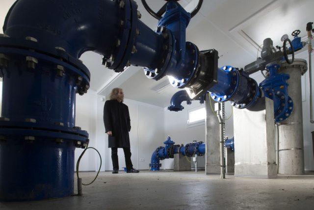 Místostarosta Vysokého Mýta Martin Krejza kontroluje tlak pitné vody z hlubinného vrtu