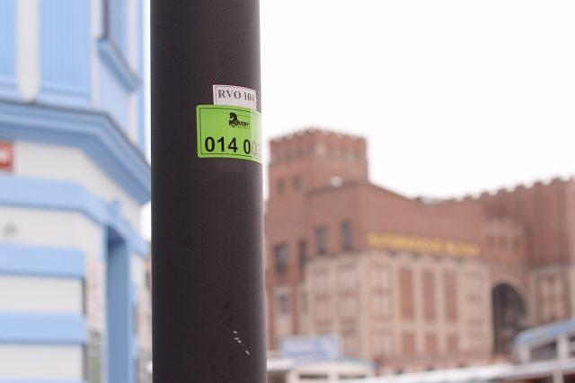 Štítky s číslem jsou přibližně ve dvoumetrové výšce a otočené do ulice