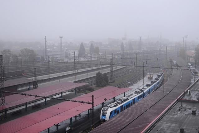 Smog a mlha nad pardubickým nádražím