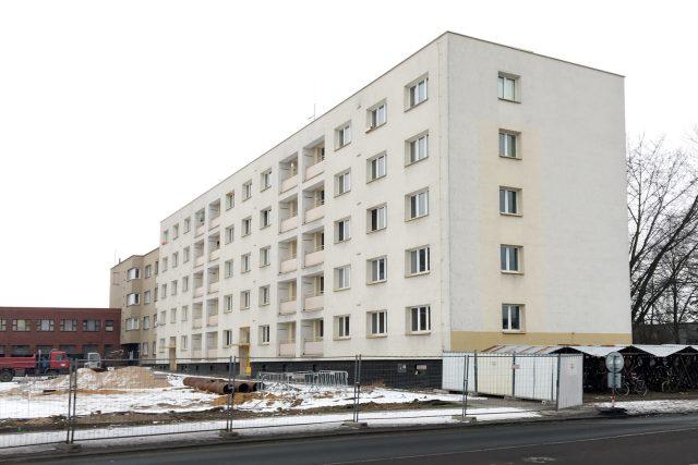 V Bytovém domě u nádraží bydlí poslední nájemníci. Město dům během pár týdnů zbourá