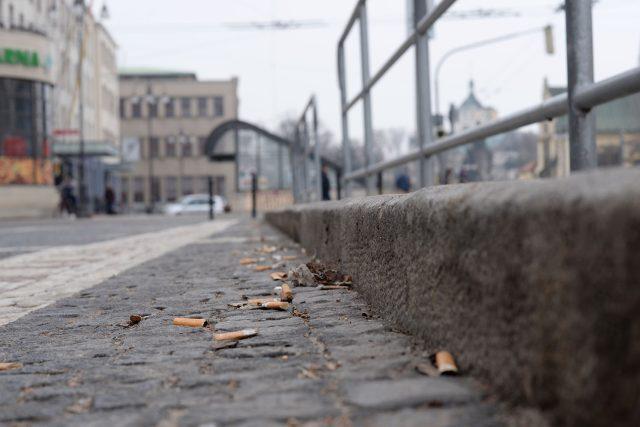 Nedopalků jsou v okolí autobusových zastávek stovky | foto: Honza Ptáček,  Český rozhlas