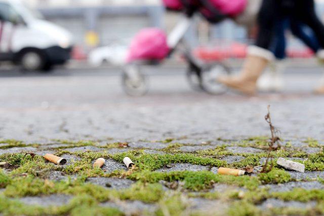 Nedopalků jsou v okolí každé autobusové zastávky stovky | foto: Honza Ptáček,  Český rozhlas