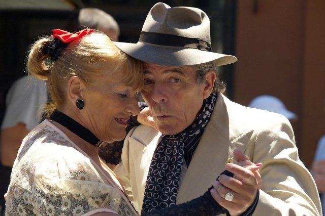 Penzisté, senioři, důchodci tančí, tanec (ilustrační foto)