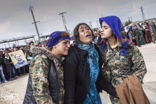 Pohřeb martyrů v Kobaní. Matka oplakává svou dceru, která zahynula v bojích proti IS