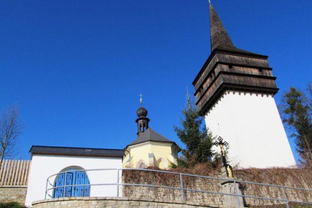 Zvonice ze 17. století patří k dominant obce a je unikátní i proto, že není součástí kostela