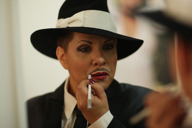 Dagmar Pecková se líčí na kabaretní revue Wanted