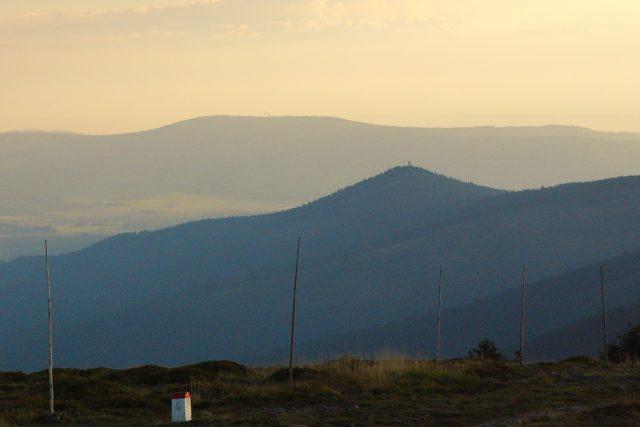 Pohled z vrcholu hory Králický Sněžník, ostře špičatý je Klepáč s rozhlednou, sedlovitá hora na pozadí je Suchý vrch