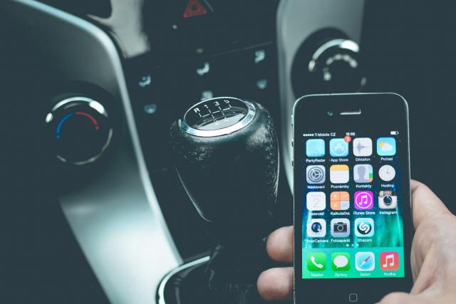 Mobilní telefon, aplikace, auto, řidič