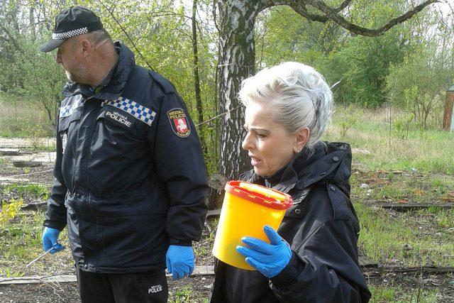 Strážníci Městské policie Pardubice sbírají použité injekční stříkačky