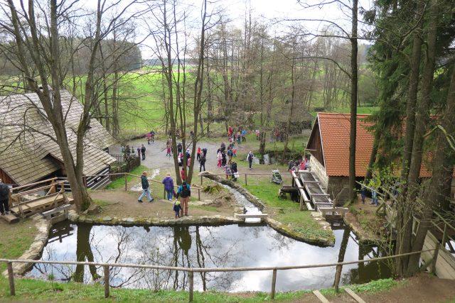 Na Veselém Kopci stojí řada stavení, která využívala sílu vody, jako mlýn, olejna, pila nebo varna povidel