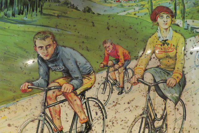 Expozici kol doplňuje velké množství historických reklam na bicykly