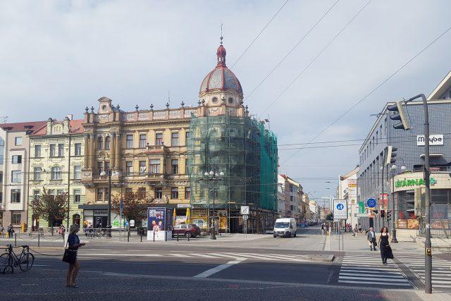 Palác Hybských na náměstí Republiky se schoval za lešení
