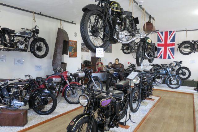 Pohled do expozice anglických motocyklů