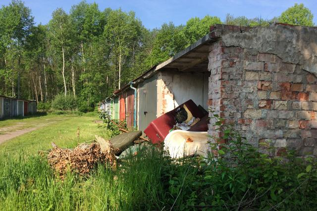 Častý pohled. Zloději garáž nejdříve vykradou. Lidé do ní následně navezou odpad