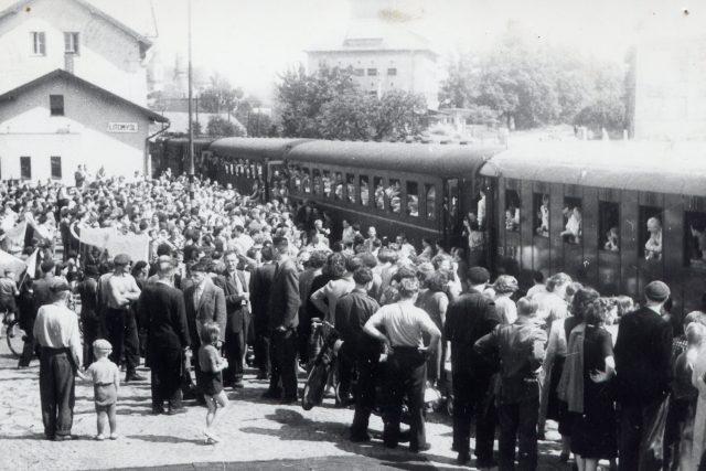 Odjezd Souboru Národního divadla v Praze z litomyšlského nádraží v padesátých letech