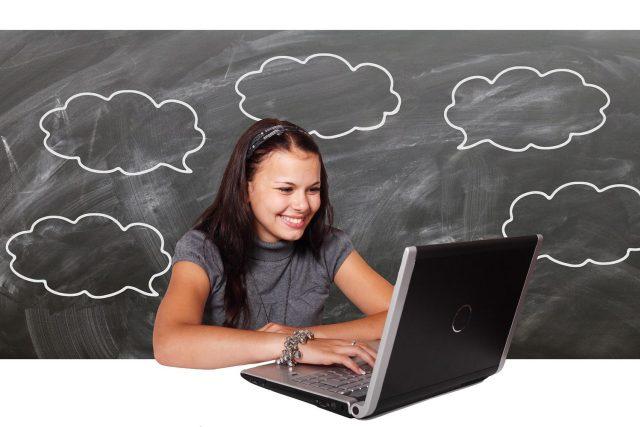 Dívka u notebooku