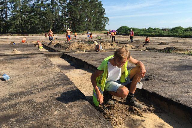 Archeologové prohledávají zem pod budoucí D35 nedaleko Rokytna | foto: Ondřej Wolf