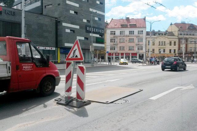 Propadlá vozovka na Masarykově náměstí v Pardubicích