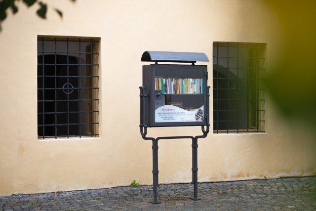Knihobudka na pardubickém Příhrádku je kovaná a do historického prostředí zapadá