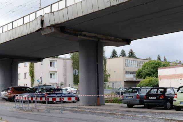 Poškození mostu v ulici Kyjevská