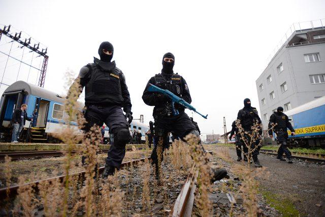 Policisté cvičí s dlouhou střelnou zbraní, ale i s nožem nebo baseballovou pálkou