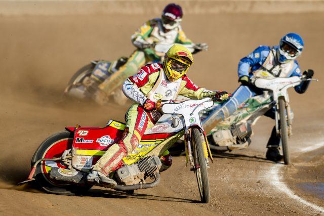 Zlatá přilba města Pardubic. Václav Milík z Česka (uprostřed), Rune Holta z Polska (vpravo) a Max Fricke z Austrálie (vzadu)