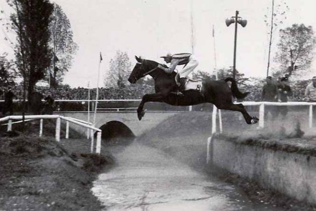 Druhé vítězství Miloše Svobody v sedle koně Vítěz v roce 1952 | foto:  archiv Dostihového spolku