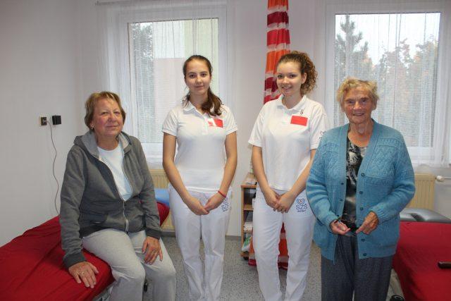 Studentky SZŠ Svitavy s prvními klientkami v nové masérně