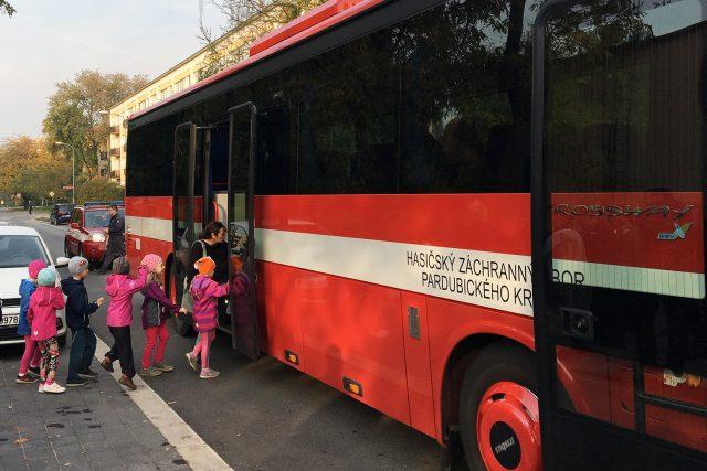 Cvičná evakuace dětí z mateřské školy v Pardubicích