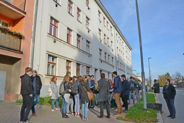 Studenti architektury na prohlídce domu v Husově ulici v Pardubicích
