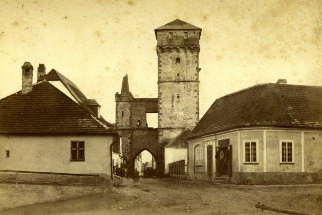 Pohled na Pražskou bránu před opravou r. 1882